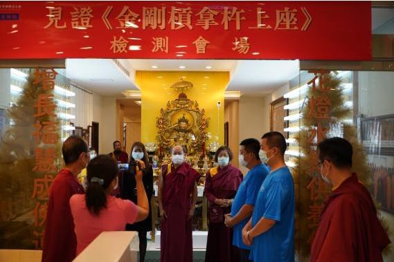圖說:世界佛教正心會文殊院拿杵上座測試報名,在律師見證下將使用器具金剛槓、鈴片鎖及槓片解封