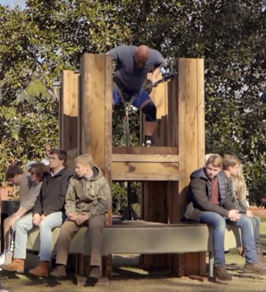 旺扎上尊(Nick Best)在乔治亚州举起2791磅的旋转木马升降。